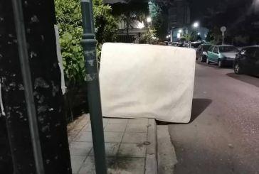 Κάποιος άφησε ένα στρώμα σε κεντρικό δρόμου του Αγρινίου, μάλλονήθελε ατύχημα!
