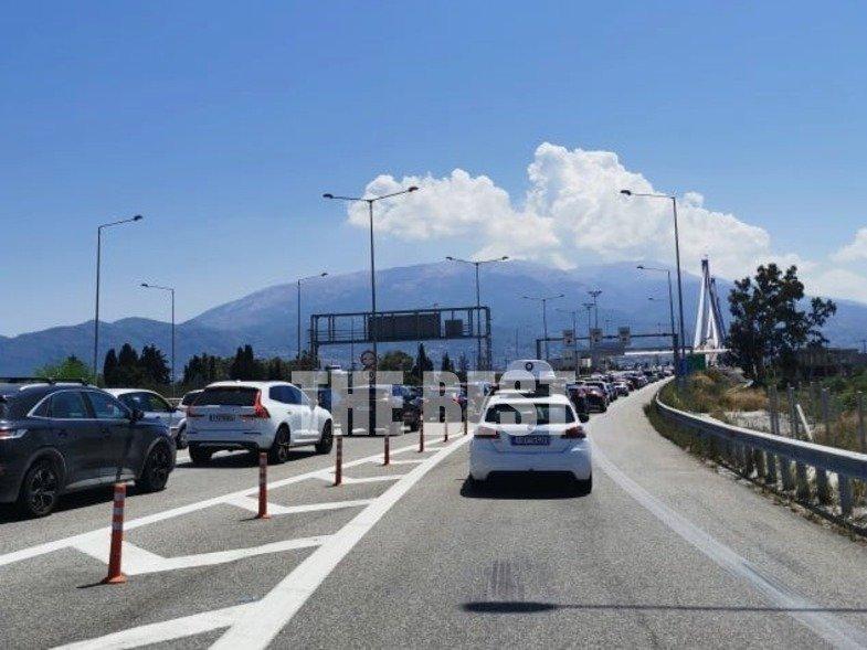 Κυριακή μεσημέρι: ουρές στα διόδια της γέφυρας Ρίου-Αντιρρίου – Μεγάλη η επιστροφή των εκδρομέων