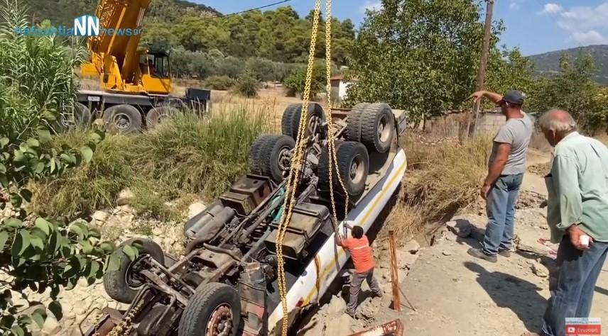 Η επιχείρηση ρυμούλκησης της υδροφόρας του δήμου Αγρινίου που ανατράπηκε στο Παραδείσι (βίντεο)