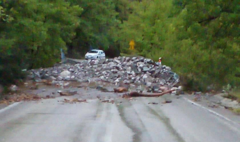 Δεν έλειψαν τα προβλήματα και στην Ε.Ο. Αγρινίου- Καρπενησίου: έκλεισε πρόσκαιρα ο δρόμος κοντά στη Χούνη (φωτό)