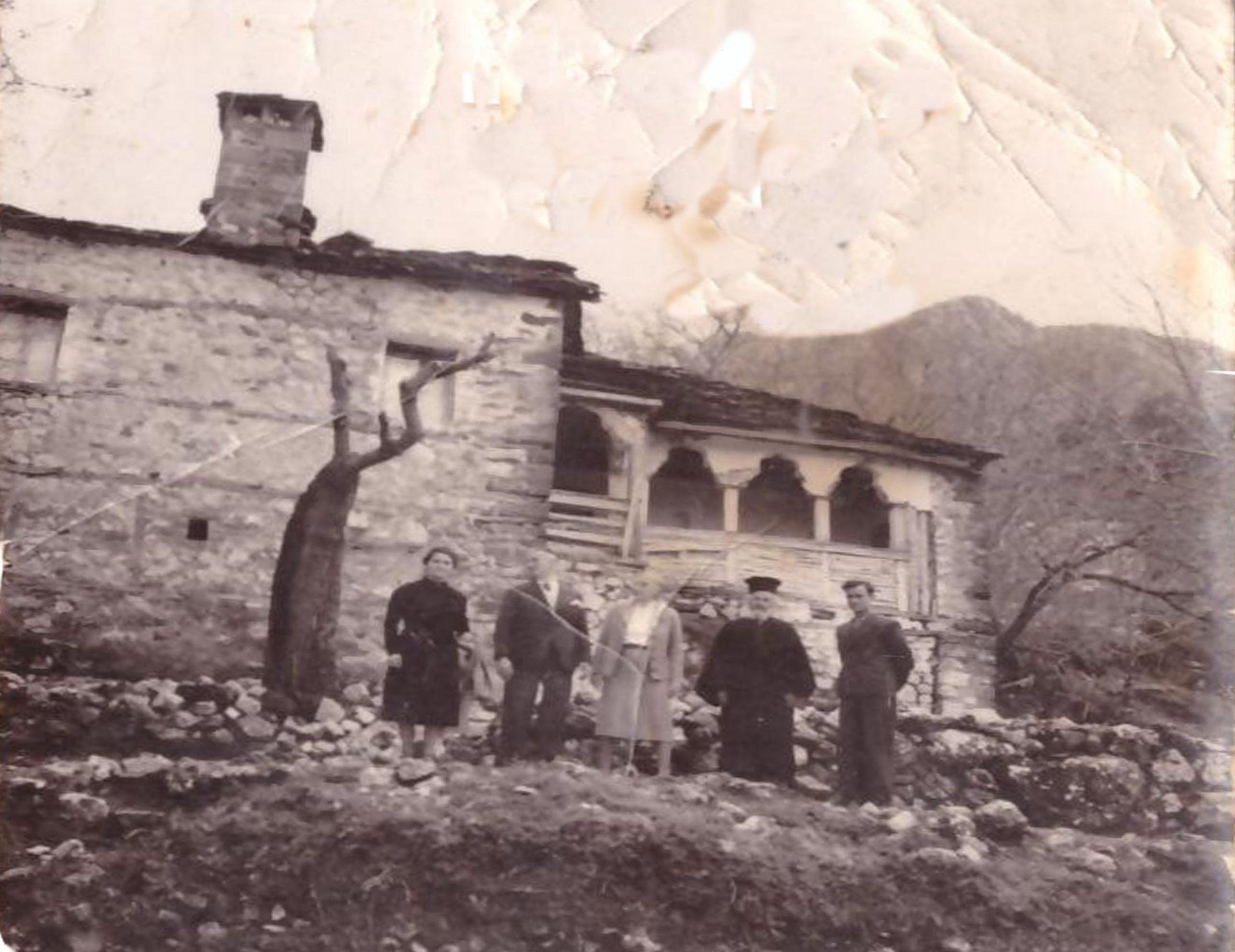 Το πατρικό σπίτι του γλύπτη Θεόδωρου Παπαδημητρίου στον Άγιο Βλάση στην περίοδο του μεσοπολέμου.