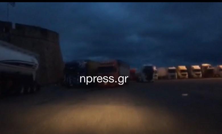 Δεκάδες φορτηγά εγκλωβισμένα στο Αντίρριο