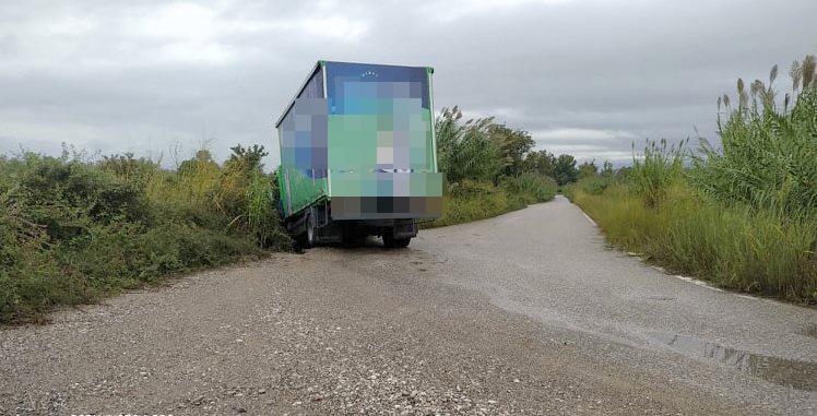Εκτροπή φορτηγού κοντά στα Καλύβια