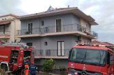 Καίγεται σπίτι από κεραυνό στη Ναύπακτο