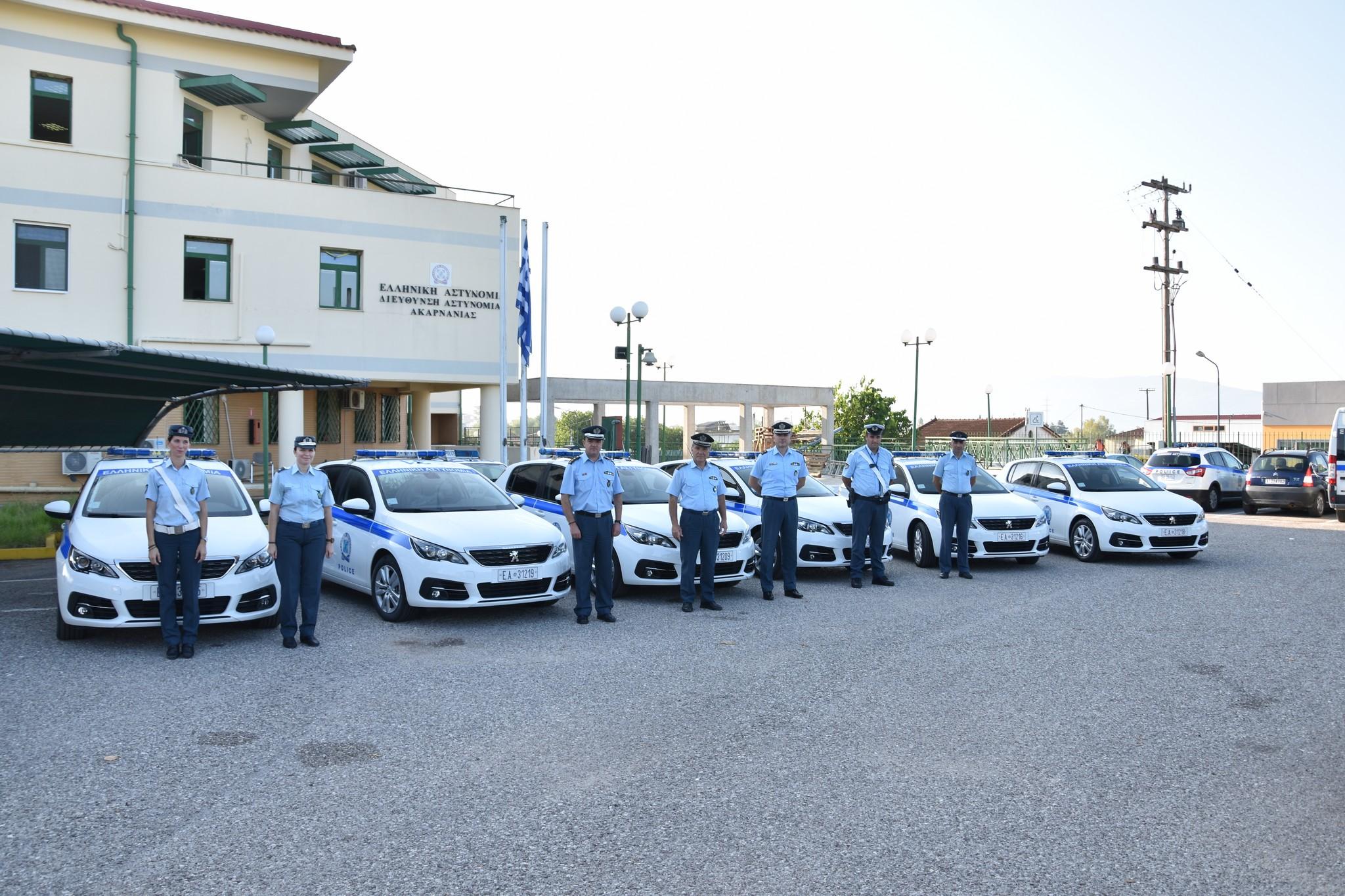 Πόζαραν με τα νέα οχήματα οι αστυνομικοί του Αγρινίου