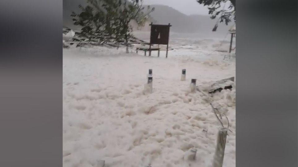 Ιθάκη: Γέμισε αφρούς η παραλία στις Φρίκες – Τι είναι το φαινόμενο «Cappuccino coast»