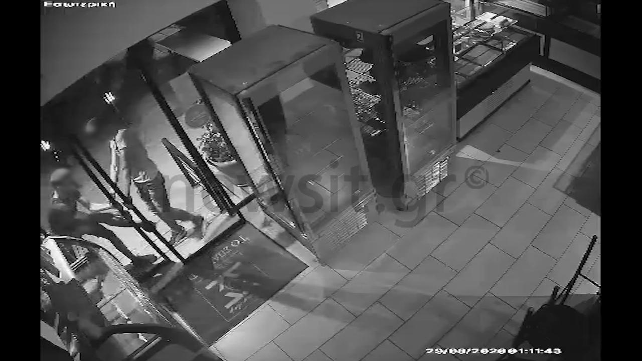 Ανήλικοι διαρρήκτες ξαφρίζουν καταστήματα και φεύγοντας απολυμαίνουν και τα χέρια τους