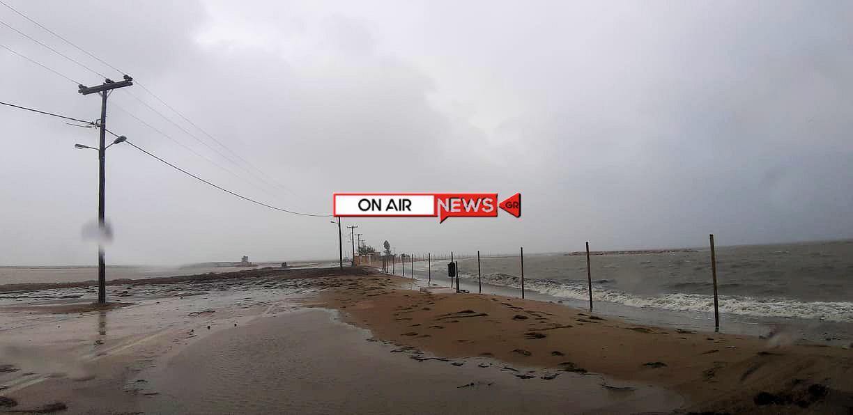 «Ιανός»: Η θάλασσα σκέπασε τον δρόμο και την παραλία της Τουρλίδας στο Μεσολόγγι
