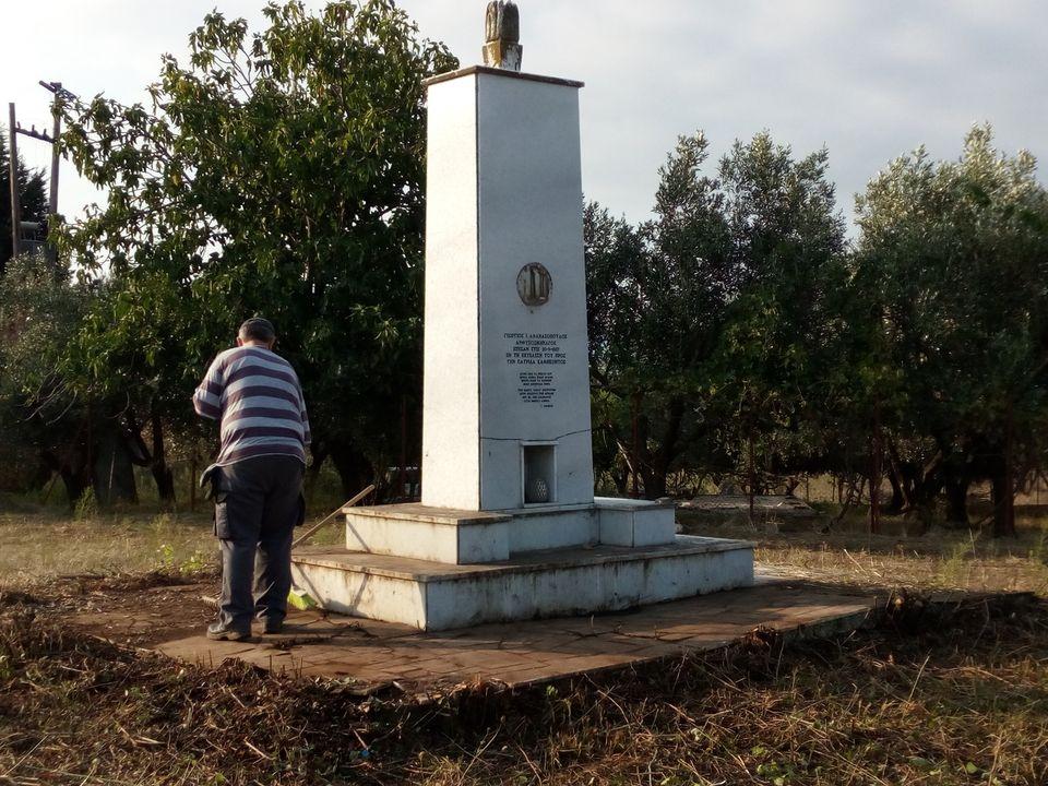 Ευτυχώς υπάρχουν και εθελοντές: καθάρισαν το Μνημείο  του πεσόντα αεροπόρου Γεώργιου Αθανασόπουλου στο Αγρίνιο