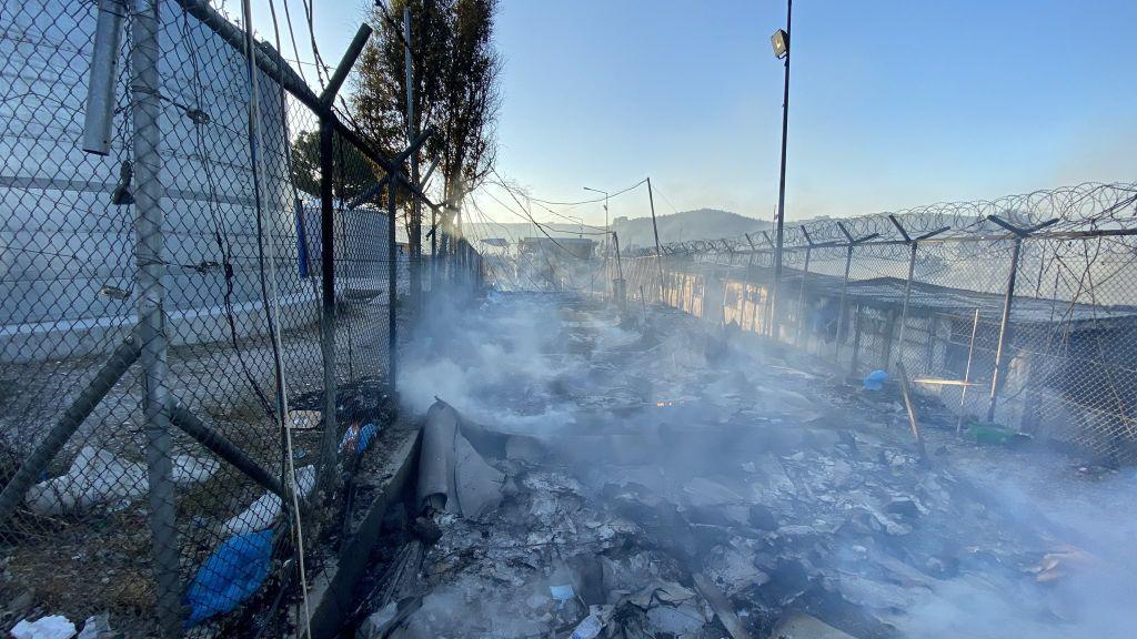 Μόρια: Εικόνες καταστροφής στον καταυλισμό – Παραδόθηκαν τα πάντα στις φλόγες
