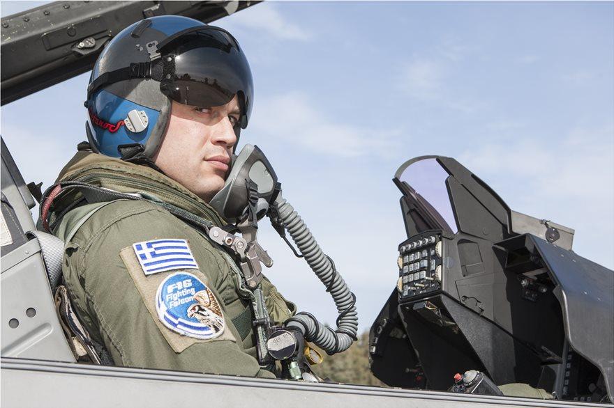 Ο Έλληνας πιλότος που πέταξε με Rafale περιγράφει: «Η ζωή μας μοιάζει με αυτή ενός κοσμοκαλόγερου»
