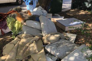 Πέταξαν τα… προικιά τους στα σκουπίδια στο κέντρο του Αγρινίου!