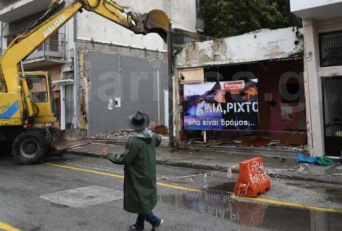 «Ηλία, ρίχ' το»: Κατεδάφισαν οίκο ανοχής στη Λάρισα με ζωντανή μουσική