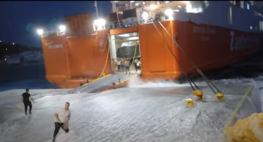 «Μάχη» πλοίου με τα κύματα για να «δέσει» στο λιμάνι της Σικίνου- Εντυπωσιακό βίντεο