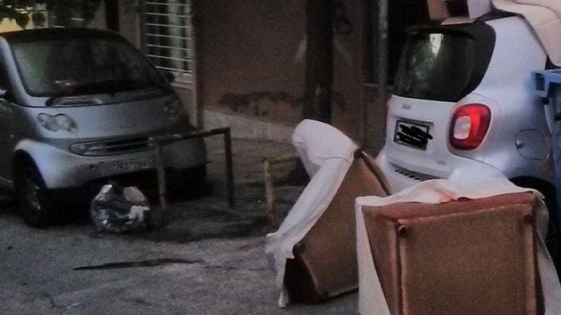 Ελληνάρας πάρκαρε το Smart του στην γωνία και το βρήκε γεμάτο σκουπίδια και ένα κάδο
