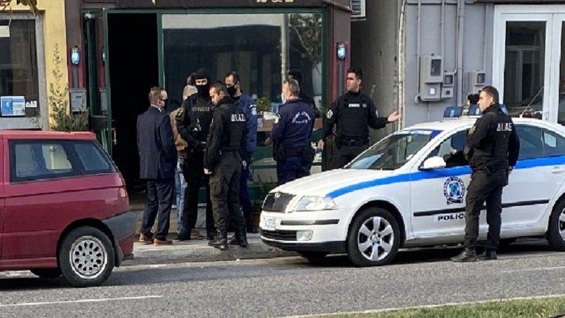 «Τι κάνετε εδώ πρωί-πρωί;»: Ιδιοκτήτρια μπαρ «ταμπουρώθηκε» και άνοιξε μεθυσμένη μετά από 8 ώρες στους αστυνομικούς