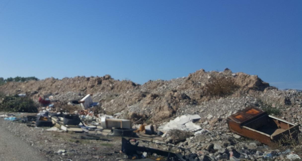 Σκουπίδια και μπάζα στη διαδρομή Καλύβια – Γέφυρα Αχελώου