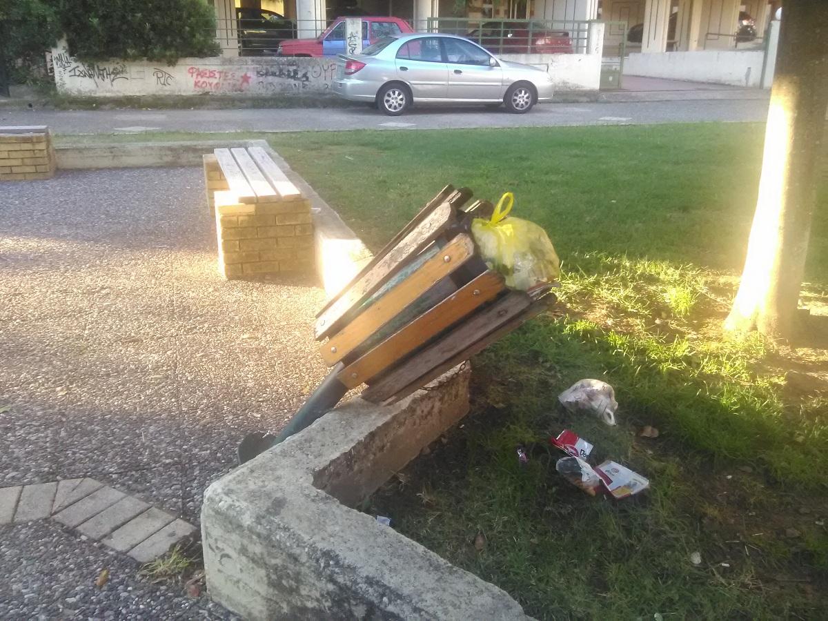 Σπασμένα παγκάκια και φθορές στην πλατεία στη Φιλελλήνων