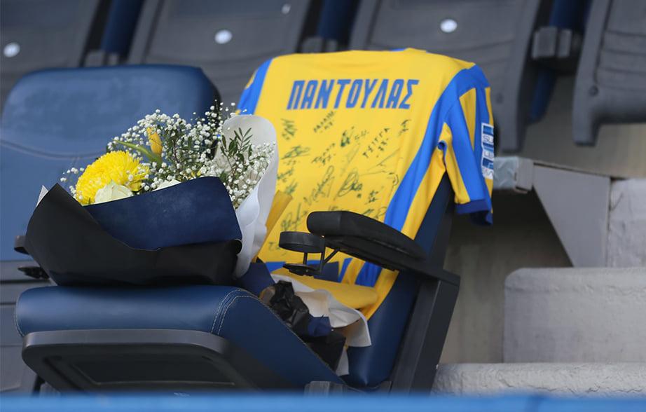 Παναιτωλικός: λουλούδια και φανέλα με υπογραφές των παικτών στη θέση του Τάσου Παντούλα