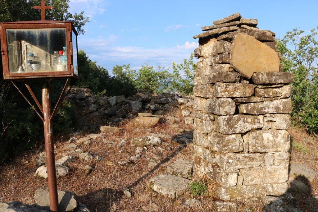 Ψευτοί, το λησμονημένο από την ιστορία βανδαλισμένο χωριό στο Μπαμπαλιό