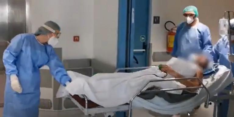 Γιάννενα: Η συγκινητική στιγμή που 68χρονος με κορωνοϊό βγαίνει από τη ΜΕΘ (βίντεο)
