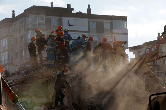 Σεισμός – Σμύρνη: Η συγκλονιστική στιγμή που 70χρονος ανασύρεται ζωντανός