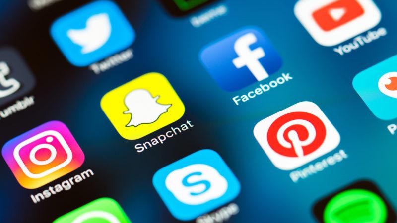 Eκτόξευση των ενεργών Ελλήνων χρηστών στα social media -Το 95% χρησιμοποιεί το κινητό δύο ώρες ημερησίως