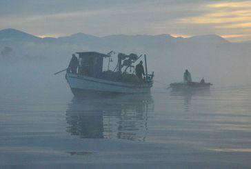 Βίντεο και εικόνες: το μαγικό ξημέρωμα στην Τριχωνίδα και οι ψαράδες της αθερίνας