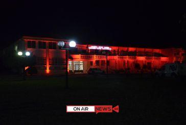 Στα κόκκινα το κτήριο της Περιφέρειας στο Μεσολόγγι για την Παγκόσμια ημέρα κατά του AIDS