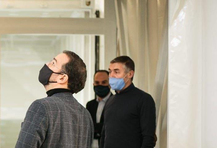Ο Φαρμάκης στην εταιρεία του Αγρινίου που κατασκευάζει τις πρώτες κινητές μονάδες ΜΕΘ στην Ελλάδα