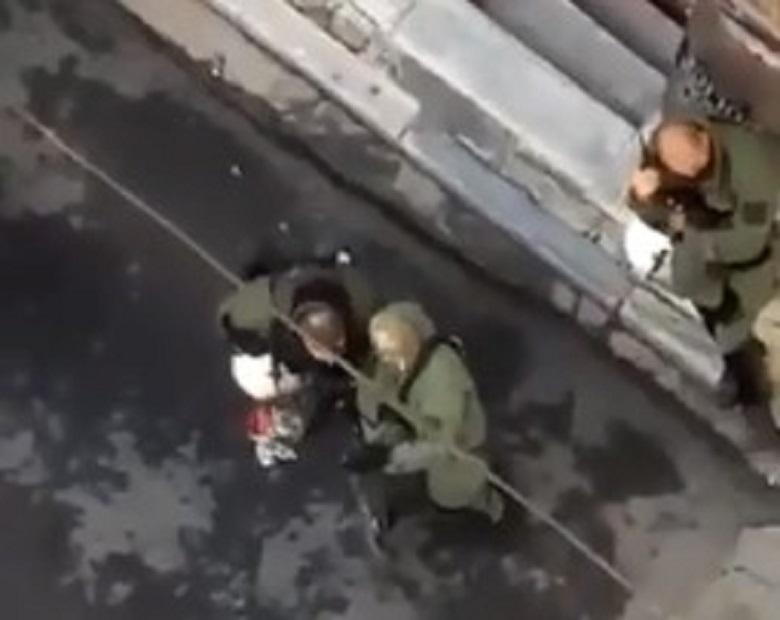 Αστυνομικός καταστρέφει ανθοδέσμη για τον Αλέξανδρο Γρηγορόπουλο – Ξεκίνησε πειθαρχική διαδικασία εναντίον του