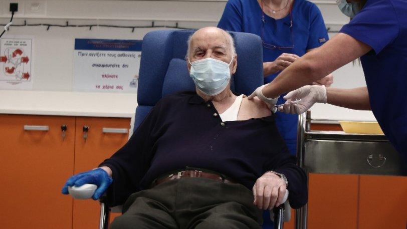 Πρώτος πολίτης που έκανε το εμβόλιο: «Μου πρότεινε ουίσκι ο Κικίλιας, του είπα να γίνει Παναθηναϊκός»