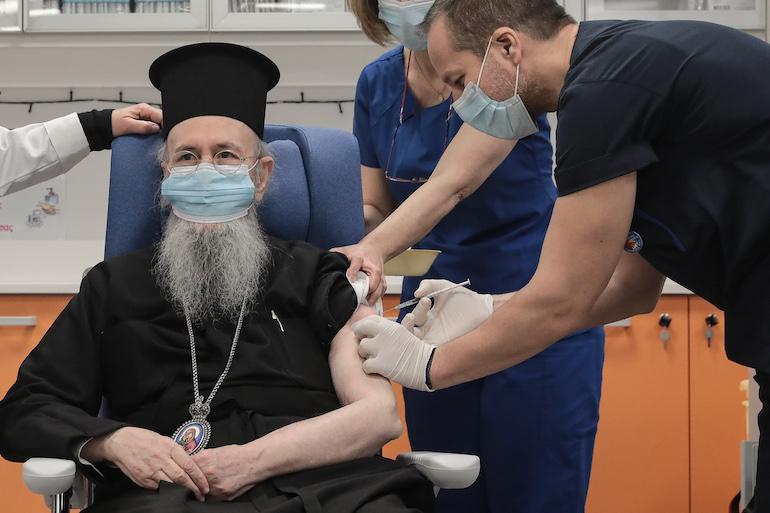 Εμβολιάστηκε ο πρώτος Μητροπολίτης: Ο Ναυπάκτου Ιερόθεος