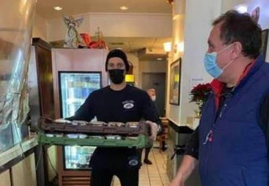 Ένας Κατουνιώτης στη Νέα Υόρκη μοιράζει φαγητό σε φτωχούς