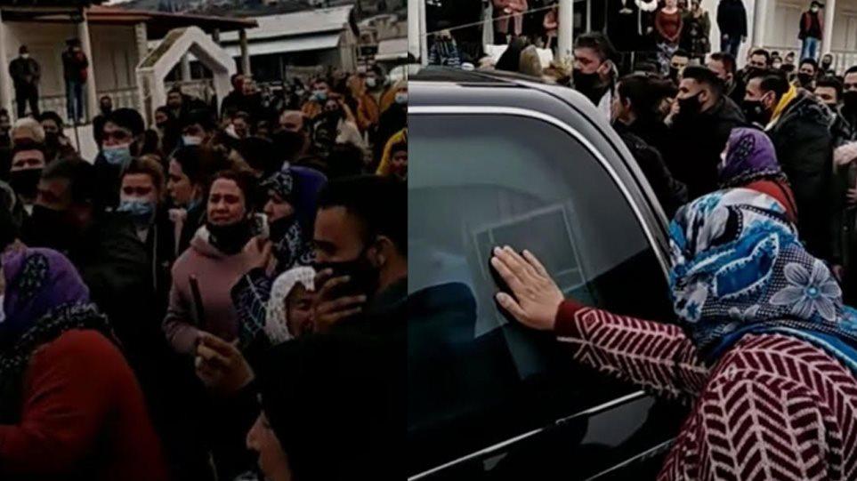 Eικόνες συνωστισμού σε κηδεία Ρομά στον Βόλο