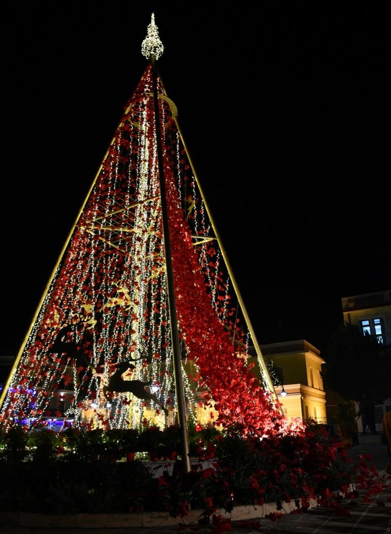 Πρωτότυπο και 21 μέτρων συμβολικά το χριστουγεννιάτικο δένδρο στο Μεσολόγγι