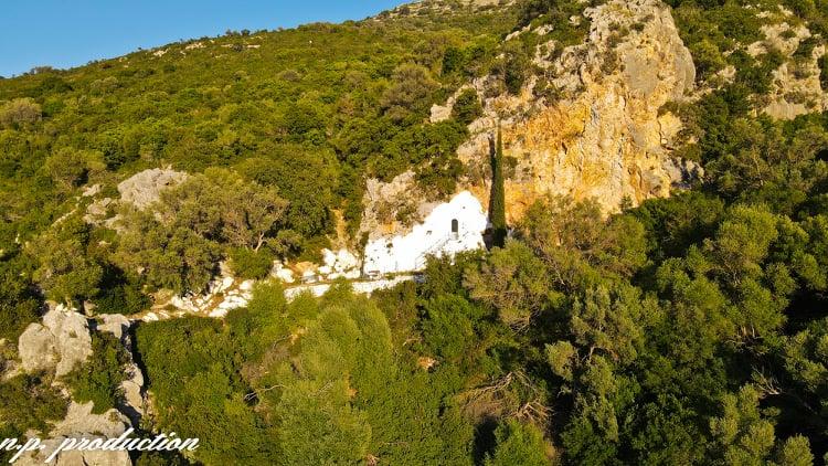 Άγιος Νικόλαος εν Βουνένοις: Το ξωκκλήσι στη σπηλιά του βράχου στη Βόνιτσα (βίντεο)