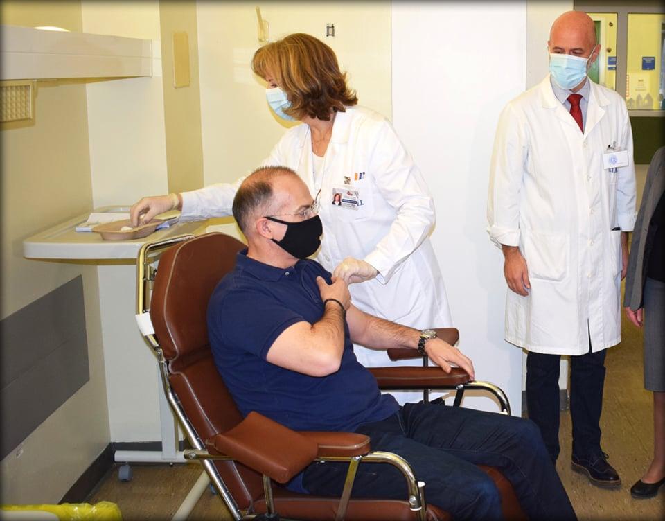 Εμβόλιο και εύσημα από Κοντοζαμάνη για τον Αγρινιώτη διοικητή του Πανεπιστημιακού Νοσοκομείου Ιωαννίνων