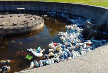 Σκουπιδότοπος το σιντριβάνι στο Πάρκο Αγρινίου