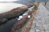 """""""Όταν οι λίγοι ακυρώνουν, τις προσπάθειες των πολλών"""" – Δεκάδες τα πλαστικά τελάρα στη λιμνοθάλασσα της Πλώσταινας"""