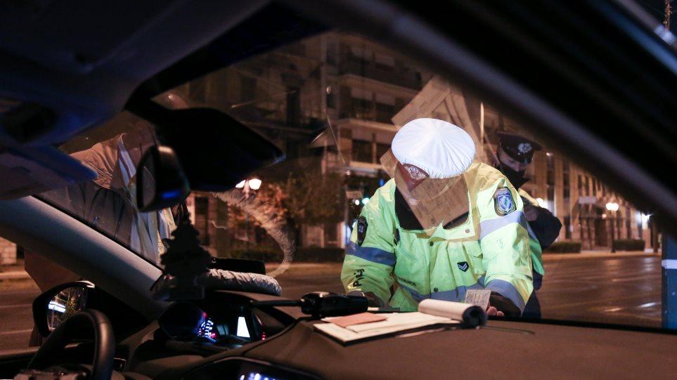 Η συγκινητική ανάρτηση αστυνομικού και το… πρόστιμο: Η ηλικιωμένη που βγήκε να δει στολισμένη την Αθήνα