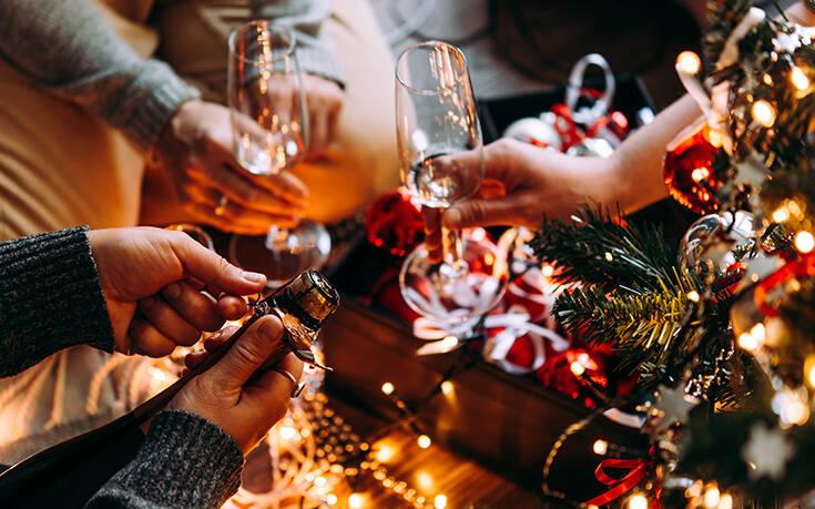 Ετοιμάζεται να αναβιώσει η… στρωματσάδα σε σπίτια ανά την Ελλάδα τις βραδιές των ρεβεγιόν Χριστουγέννων και Πρωτοχρονιάς