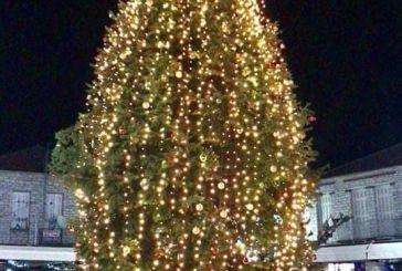 Φωταγωγήθηκε το χριστουγεννιάτικο δέντρο στο Θέρμο