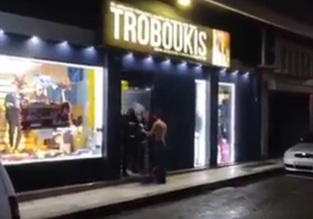 Λίγο πριν το «θα μας πάρουν και τα σώβρακα» με… click away έξω από κατάστημα στο Αγρίνιο (βίντεο)