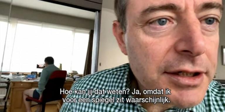 Δήμαρχος πόλης του Βελγίου ξέχασε να φορέσει παντελόνι σε ζωντανή συνέντευξη –Τον πρόδωσε ο καθρέφτης