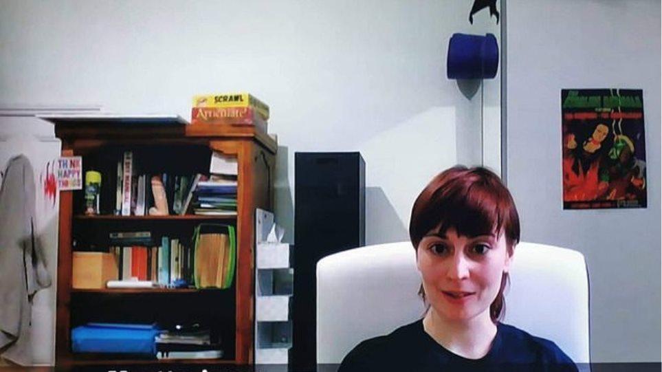 Μιλούσε για την ανεργία, αλλά έγινε viral εξαιτίας ενός… αντικειμένου στη βιβλιοθήκη της