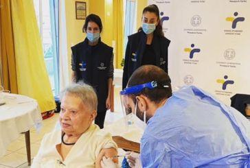 Κορωνοϊός: Η 95χρονη κ. Δέσποινα η πρώτη που εμβολιάστηκε σε οίκο ευγηρίας