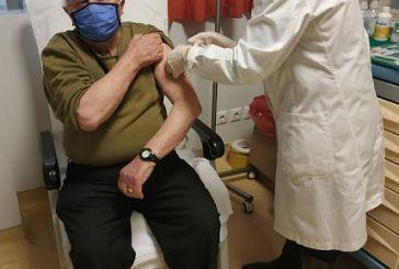 Ξεκίνησε ο εμβολιασμός του γενικού πληθυσμού: παππούς 100 ετών εμβολιάστηκε στο Μεσολόγγι,  90χρονος στο Αγρίνιο