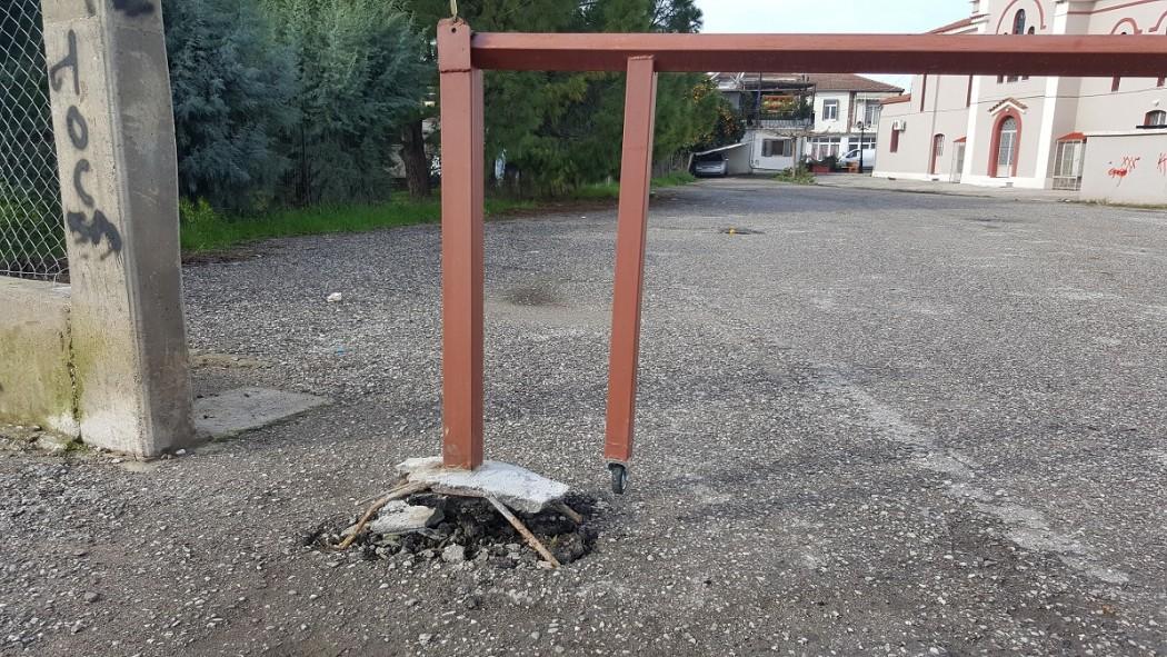 Καλύβια: Συνεχίζονται οι βανδαλισμοί στην πλατεία