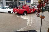 «Bρέχει καρεκλοπόδαρα» στο Αγρίνιο, φουσκώνουν τα ρέματα, απαιτείται προσοχή… (φωτό-βίντεο)